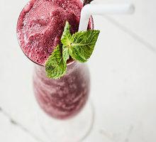 Šaldytų uogų ir burokėlių kokteilis