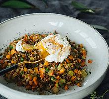 Be lukšto virtas kiaušinis su daržovėmis paskanintais grikiais
