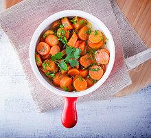 Troškintų morkų su alyvuogėmis ir mėtomis užkandis