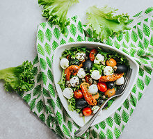Daržovių salotos su mocarelos sūriu
