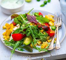 Keptų paprikų, kukurūzų ir halumio salotos su kefyro padažu