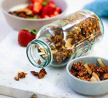 Grikių granola su spanguolėmis, lazdyno riešutais ir kokosais
