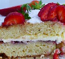 Pasakiškas biskvitinis pyragas su braškėmis