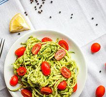 Cukinijų spagečiai su kreminiu avokadų padažu ir vyšniniais pomidoriukais