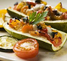 Daržovėmis įdarytos cukinijų puselės