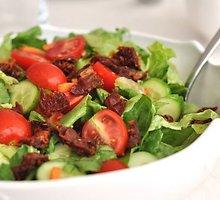 Salotos su džiovintais pomidorais
