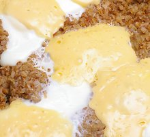 Grikių košė su sūrio padažu
