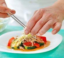 Gaivios kopūstų, morkų ir cukinijų salotos