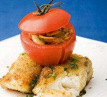 Džiūvėsėliuose apvoliota žuvis su įdarytais pomidorais