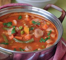 Greitai paruošiama konservuotų pupelių sriuba su dešrelėmis
