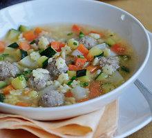 Cukinijų sriuba su mėsos kukuliais