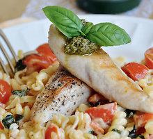 Vištienos troškinys su pomidorais ir makaronais