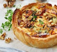 Nesaldus obuolių pyragas su porais ir rokforo sūriu