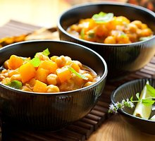 Veganiškas sotus daržovių troškinys