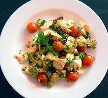 Paukštienos salotos su mocarela, pomidorais ir špinatais