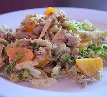 Paukštienos salotos su persikais ir saulėgrąžomis