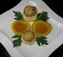 Faršu įdarytos bulvės su daržovių padažu