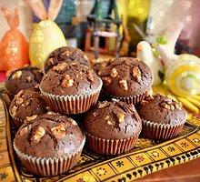 Šokoladiniai keksiukai su karamele ir riešutais