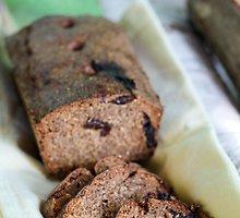 Juoda duona su džiovintomis slyvomis