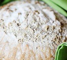 Duona, kildyta pintame krepšelyje