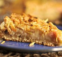 Saldžiarūgštis rabarbarų ir migdolinio griliažo pyragas