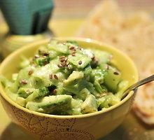 Avokadų ir agurkų salotos su linais