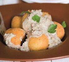 Skrudinti bulvių kukuliai su faršo padažu
