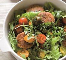 Lašišų kepsneliai su salotomis