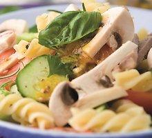 Makaronų, pievagrybių ir agurkų salotos