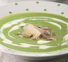 Šalta žirnelių sriuba su pupų salotomis