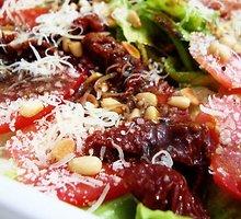 Salotos su vytintu kumpiu ir džiovintais pomidorais