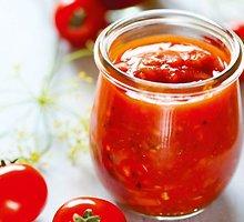 Aštrus pomidorų padažas su obuoliais ir paprikomis