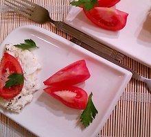Varškės plokštainis su pomidorais