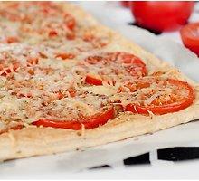 Sluoksniuotos tešlos pyragas su pomidorais ir sūriu