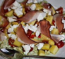 Pikantiškos salotos su mangu ir feta