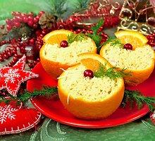 Puošnios vištienos salotos apelsinų puselėse