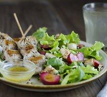 Vištienos iešmeliai su žaliomis slyvų salotomis