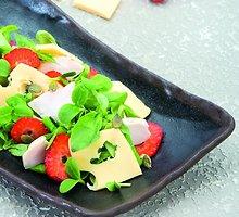 Vištienos salotos su ementalio sūriu, braškėmis, saulėgrąžų daigais, sultenėmis ir moliūgų sėklomis