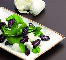 Buivolių pieno mocarelos salotos su gervuogėmis, špinatais ir šviežiais bazilikais