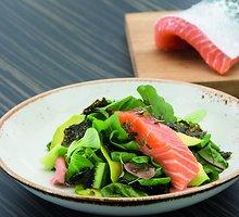 Lašišos salotos su avokadais, marinuotais imbierais, sultenėmis ir Nori lapais