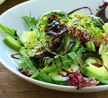 Salotų užpilas su moliūgų sėklų aliejumi