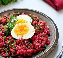 Ryškiaspalvės bulguro salotos su burokėliais ir kiaušiniais