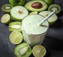 Kivių, obuolių ir braškių kokteilis su jogurtu
