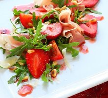 Kumpio salotos su braškėmis ir riešutais