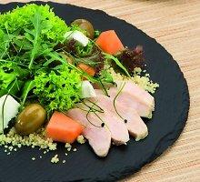 Vištienos salotos su kuskusu, melionais, žaliosiomis alyvuogėmis ir ožkų sūriu