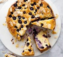 Sodrios tekstūros pyragas su mėlynėmis
