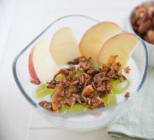 Pusryčių desertas su graikišku jogurtu ir keptais obuoliais