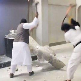 """Nuotr. iš """"YouTube""""/IS džihadistai naikina istorines skulptūras"""