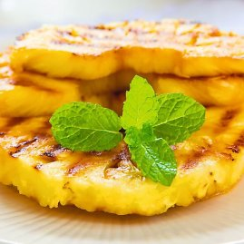 Shutterstock nuotr./Ananasai ant grotelių