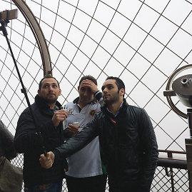 123rf.com nuotr./Turistai Paryžiuje darosi asmenukę su lazda
